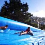 Hatalmas vízi csúszdát állítottak fel San Francisco utcáin