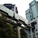 Vasútvonal, ami egy lakótömb épületein halad keresztül