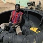 Használt abroncsból készítenek papucsot Kenyában