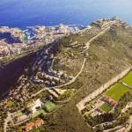Monaco különleges, a hegy oldalába vájt focipályája