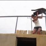 Így örül gondozójának a fekete párduc – videó