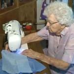 Mindennap rászoruló gyerekeknek varr ruhát egy 99 éves néni