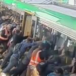 Utasok szabadították ki azt a férfit, akinek vonat alá szorult a lába