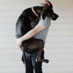 Aranyos fotók a gazdájukat ölelő kutyákról