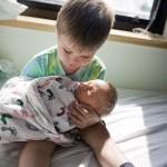 Photo: Kisgyerekek, akik először találkoznak újszülött testvérükkel