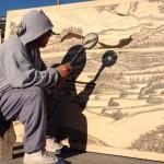 Photo: A Nap segítségével égeti rajzait fatáblákra a művész