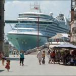 Hatalmas luxushajó Velence szűk lagúnáiban