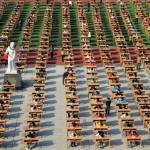 Több ezren vizsgáztak az udvaron egy kínai iskolában
