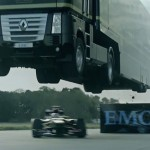 Világrekord – kamionnal ugrattak át egy F1-es autó fölött