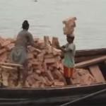 """Egy bangladesi munkás """"attrakciója"""", ahogy 20 téglát cipel a fején [Videó]"""