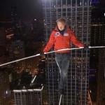 Felhőkarcolók között egyensúlyozva döntött meg két Guinness-rekordot Nik Wallenda kötéltáncos