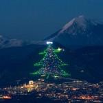 Ferenc pápa egy táblagéppel kapcsolta fel Gubbio híres karácsonyi fényeit