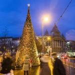 Ötezer rönkből épült fel az Erzsébet téren álló különleges karácsonyfa