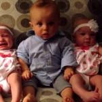 Photo: Teljesen összezavarodott a kisfiú, amikor meglátta az ikertestvéreit