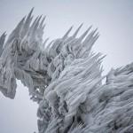 Földöntúli tájat kialakítva ejtett fogságba a jég egy szlovén sípályát