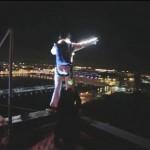 Ismét leugrott egy toronyépületről a rejtélyes, Elvis-jelmezes ejtőernyős