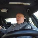 Önfeledten éneklő rendőr a Youtube új sztárja