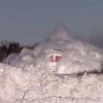 Így robog át a hóval beborított sínen egy kanadai vonat