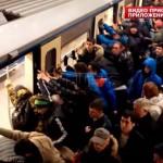 Megbillentették az utasok a moszkvai metró egyik szerelvényét, hogy kiszabadítsanak egy idős nőt