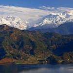 Az egyik legszebb fekvésű város, aminek hátterét a világ legnagyobb hegyei alkotják