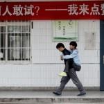 Három éve viszi a hátán iskolába mozgássérült barátját egy kínai fiú