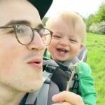 A kisbaba első találkozása a pitypanggal