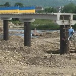 Létrán jutnak fel a befejezetlen hídra egy ukrán falu lakói