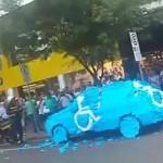 Megleckéztették a mozgássérültek parkolóhelyét elfoglaló autóst