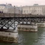 Levágják a szerelemlakatot a párizsi Pont des Arts hídról