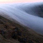 Tengerbe úszó látványos ködfolyamot filmeztek