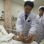Térdén hordta a kézfejét egy kínai férfi, amíg vissza nem varrták a helyére