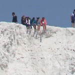Photo: Felelőtlen tinédzserek a 160 méter magas Beachy Head mészkőszikláinak peremén
