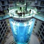 AquaDom – egy 25 méter magas akvárium, amiben még lift is van