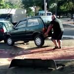Puszta kézzel tett arrébb egy férfi egy bicikliútra parkoló autót