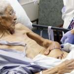 Photo: A hasába varrták a sebészek egy idős férfi kézfejét, hogy megmentsék a végtagját