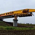 Egy nehézsúlyú hídépítő gépezet, amely 10 perc alatt helyére illeszt egy hídszakaszt