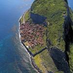Monemvaszia – település a hatalmas szikla mögött