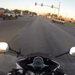 Leállította forgalmat a motoros, hogy megmentsen egy kiscicát