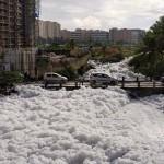 Mérgező habot ont magából egy szennyezett india tó