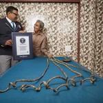 Photo: Bizarr rekord - 1952 óta nem vágta le körmeit a bal kezén egy indiai férfi