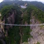 Látványos üvegpadlós függőhidat adtak át Kínában