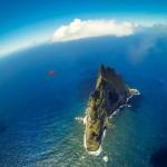 Lenyűgöző madárruhás ugrás a Csendes-óceán különleges sziklaképződményénél