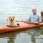 Átépítette a kajakját egy férfi, hogy a kutyái is vele tarthassanak