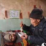 56 éve gondoskodik lebénult feleségéről egy kínai férfi
