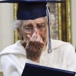 Hihetetlenül meghatódott az idős hölgy, aki 97 évesen vette át az érettségijét