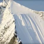 Egy síelő 500 méteres zuhanása egy meredek hegyoldalon [videó]
