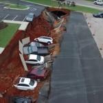 15 autót nyelt el a föld Mississippiben [videó]