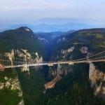 Elkészült a világ leghosszabb üvegpadlós függőhídjának szerkezete