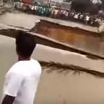 Videóra vették, ahogy összeomlik egy híd Indiában