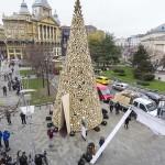 40 tonna tűzifából építették fel idén az Erzsébet téri adományfát